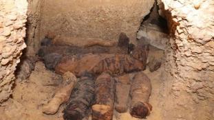 Félszáz múmia egy családi sírban