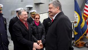 Ukrán elnök az amerikai romboló fedélzetén Odesszában