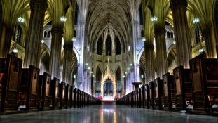Két kanna benzin és öngyújtók New York híres katedrálisában