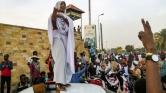 Egy diáklány a forradalom szimbóluma Szudánban