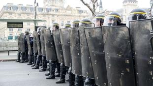 Sárga vs kék: rendőrök, végezzetek magatokkal!