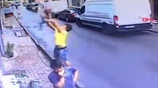 Ablakból kizuhanó csecsemőt kapott el egy fiú Törökországban – videó