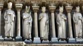 Mise a Notre Dame-ban – védősisakban