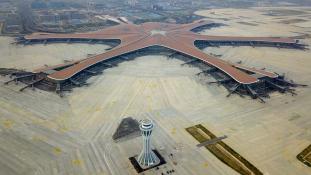 Pekingben felépült a világ legnagyobb repülőtere – videó