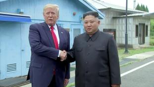 Történelmi kézfogás Észak-Koreában – videó