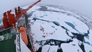 Kína első saját építésű jégtörő hajója elindult az Északi-sark felé – videó