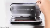 UV fénnyel gyilkolja a baktériumokat az okostelefon-tisztító