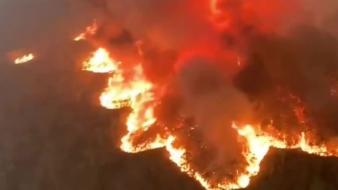 Strandokra szorultak az emberek Ausztráliában a tomboló tűz elől