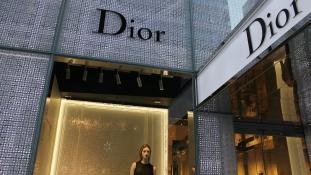 Dior, Givenchy, Louis Vuitton: a luxusmárkák ingyen adják a kézfertőtlenítőt