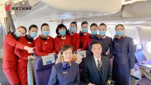Pelenka viselését javasolták a kínai légiutas-kísérőknek